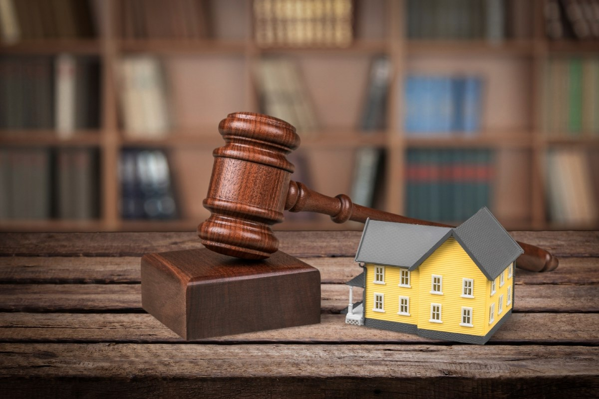 law and real estate Explore the legal issues involved in real estate law, from investing to title examinations you'll not only master the essentials, but you'll receive hands-on applications and examples that will show you how to use this knowledge in a day-to-day real estate practice or in personal real estate investing.